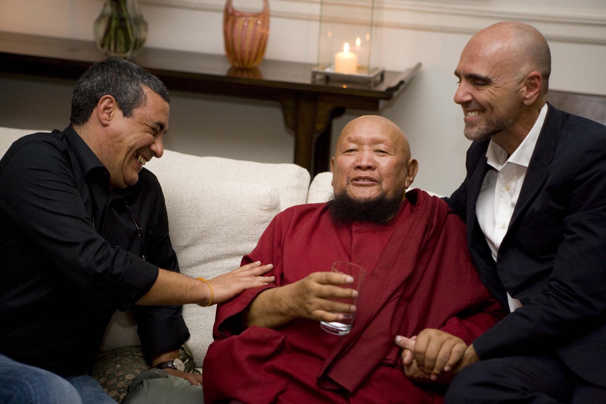 Marcus Elias de mãos dadas com o lama Gangchen em 2009. Crédito: Mônica Bergamo/Folhapress