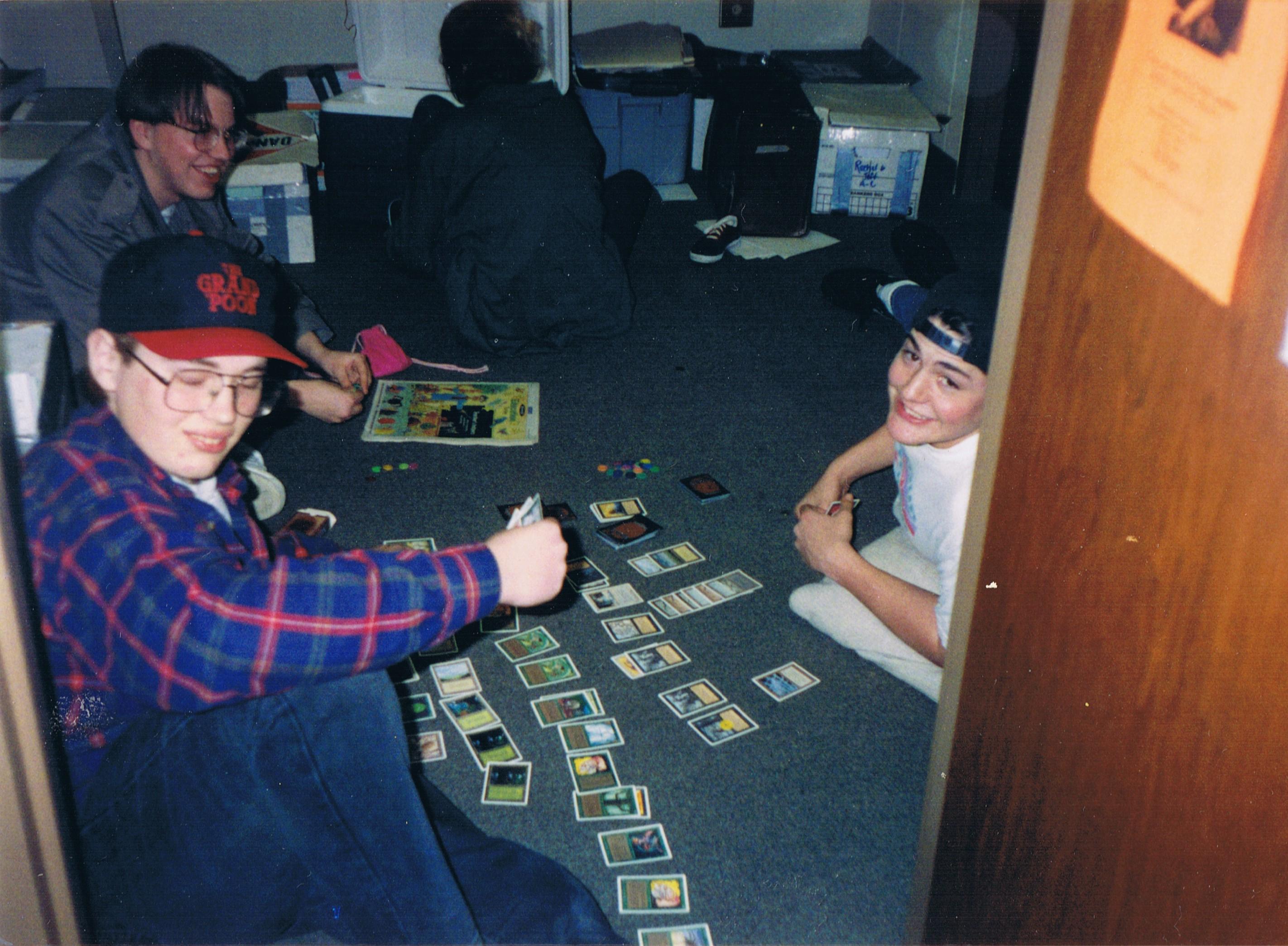 Um típico cenário de Magic nos anos 90: um joguinho para virar a noite com os amigos. Crédito: Abbamouse/Flickr