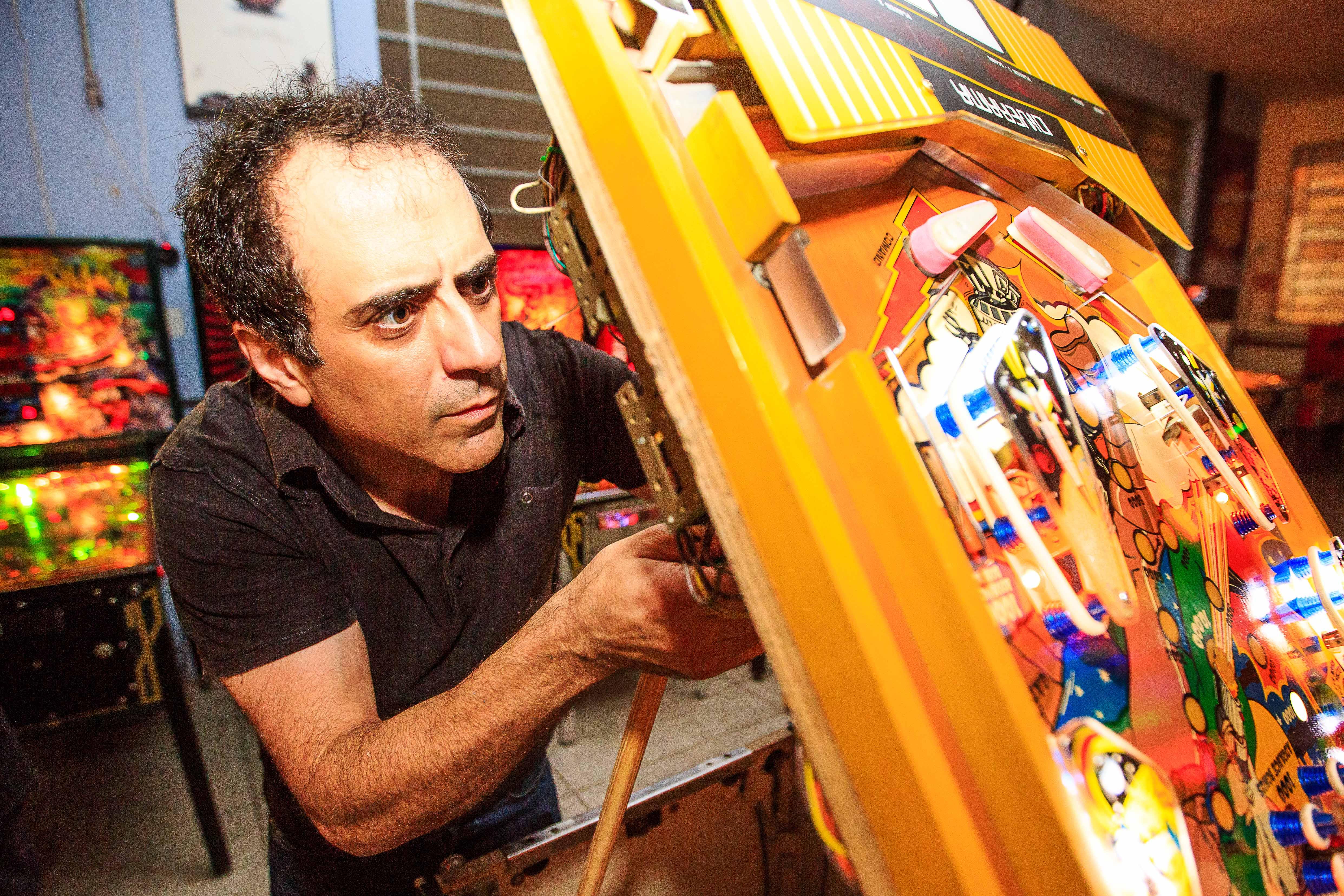Nikolaos Mbakirtzis fuçando as entranhas de uma das máquinas. Crédito: Guilherme Santana