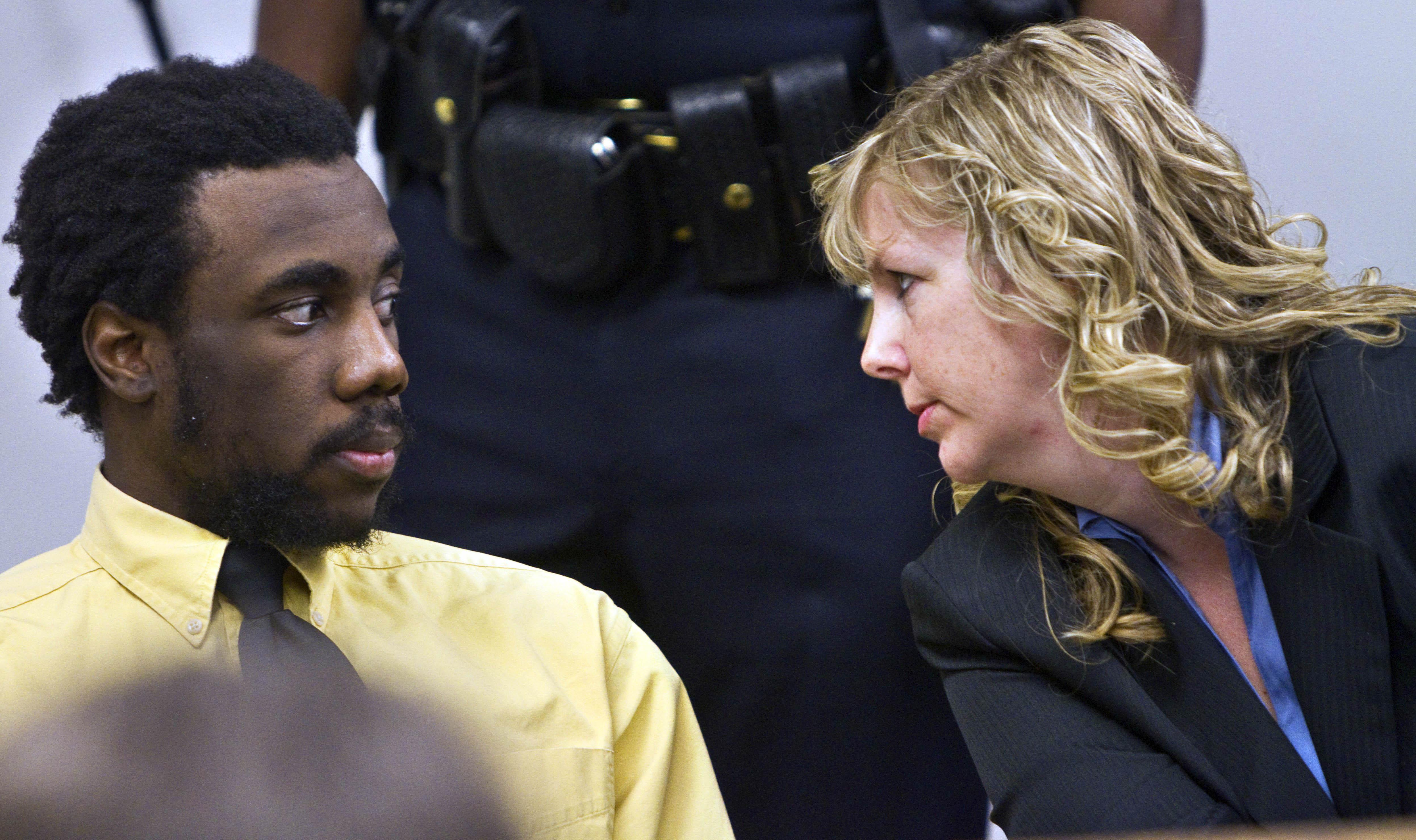 Isaiah Kalebu com sua advogada no julgamento pela morte de Teresa Butz. Crédito: Mike Siegel/AP Photo