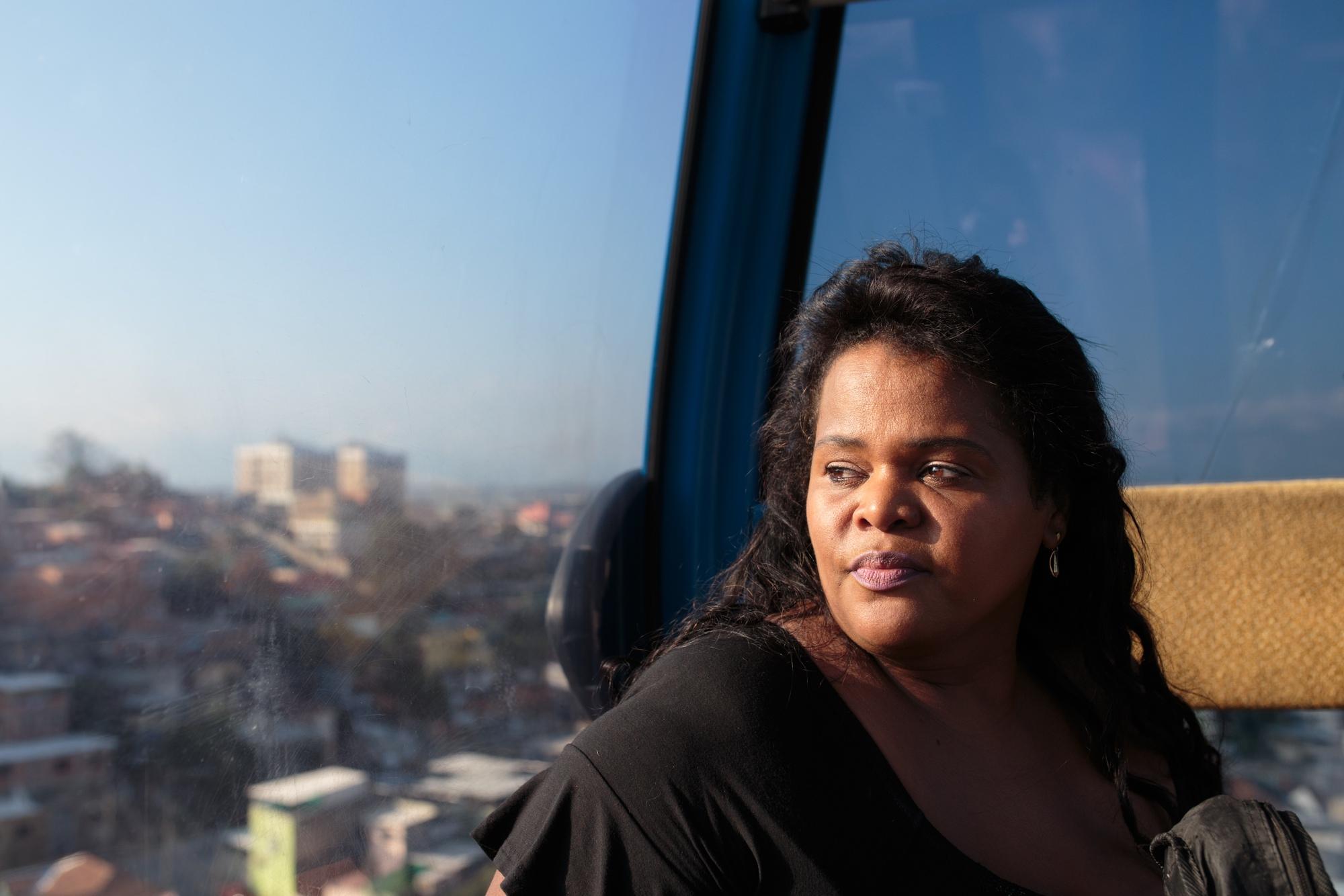 A sambista Nana Batista, observa o Complexo do Alemão do alto do teleférico.
