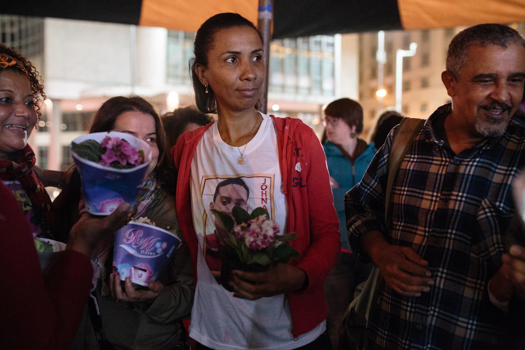 Ana Paula Oliveira participa, entre mães e apoiadores, da Vigília da Candelária, em memória da chacina cometida por policiais militares que mataram 8 jovens, em 23 de julho de 1993.