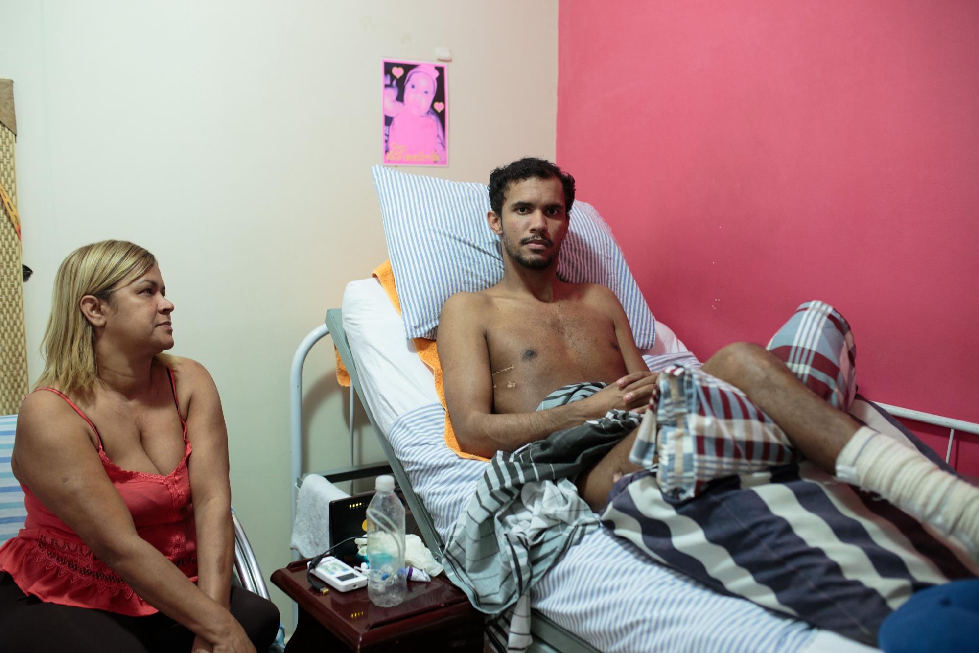 Vitor Santiago Borges, 30, ao lado de sua mãe Irone, que abandonou seu trabalho para cuidar dele.