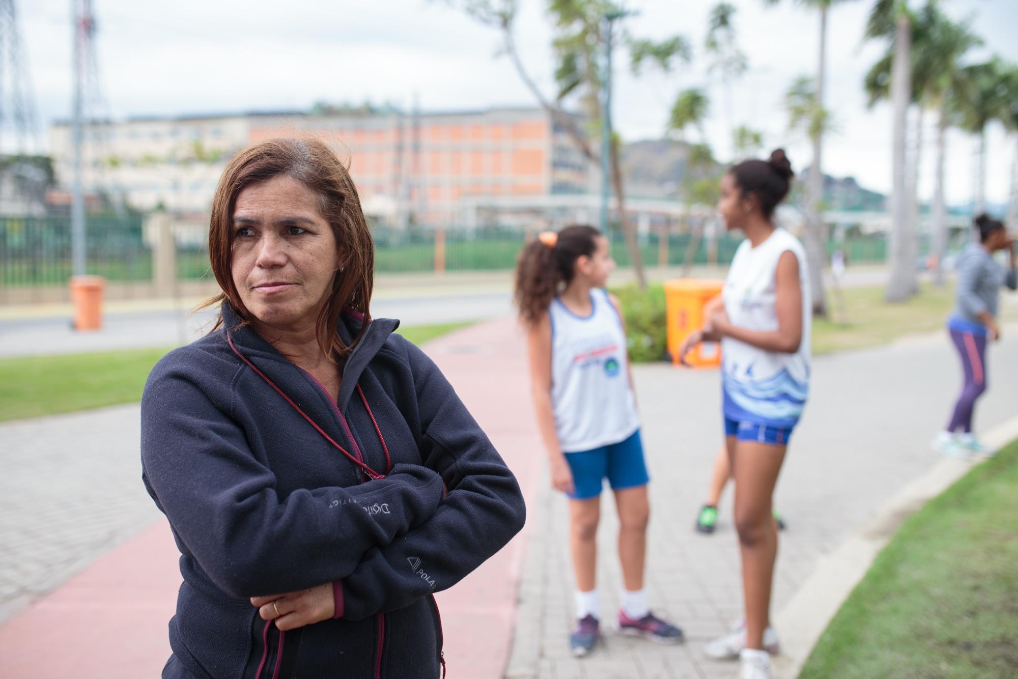 Edneida Freire, 51, treinadora de atletismo, dando aula no Parque Madureira, Zona Norte do Rio de Janeiro.