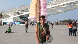 Carlos Alberto Mattos Carneiro, 58, em frente ao Museu do Amanhã em uma segunda-feira de pouco movimento na região.