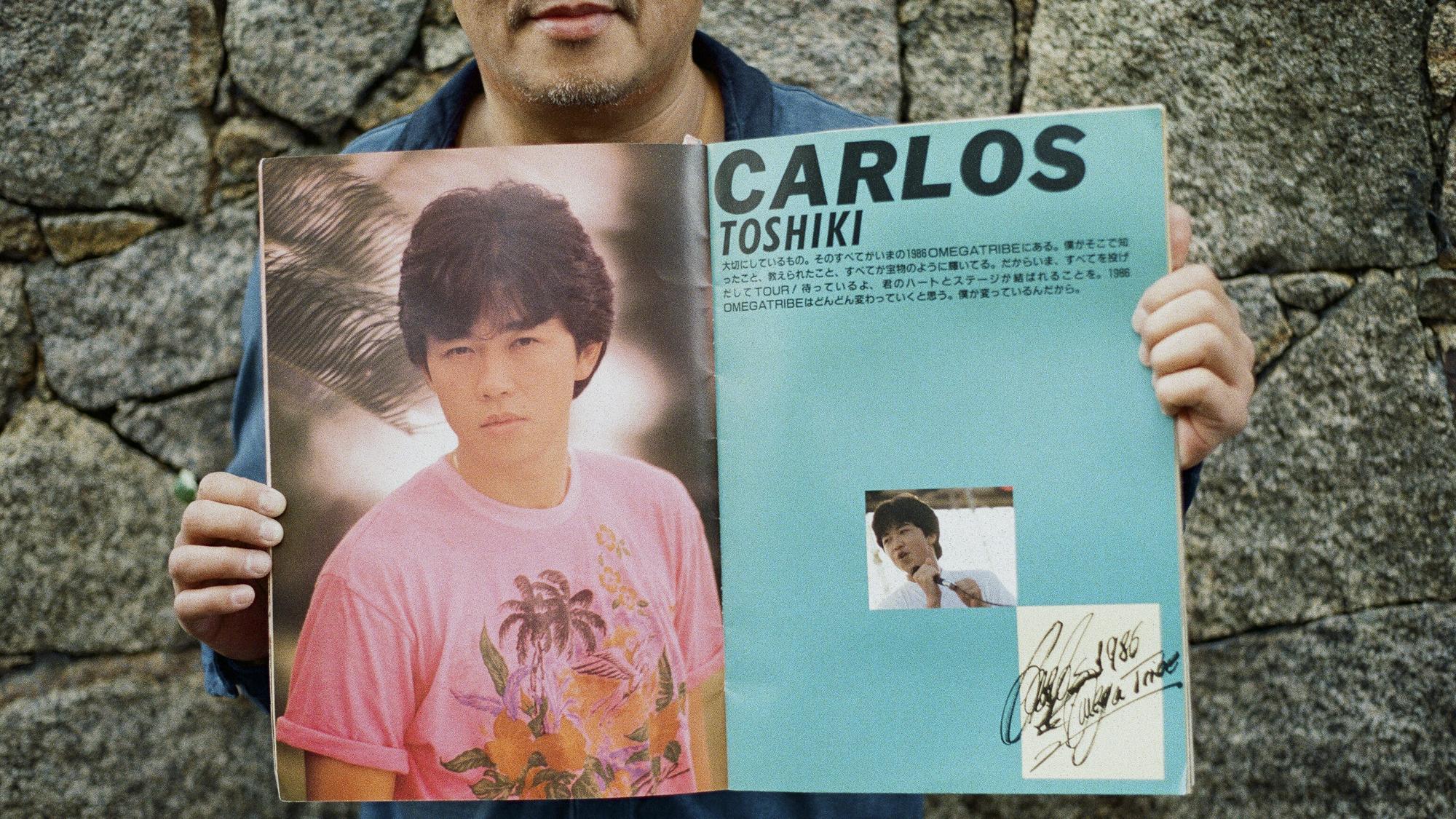 Carlos Toshiki mostrando uma das revistas japonesas dos anos 80. Foto: Anna Mascarenhas/Risca Faca