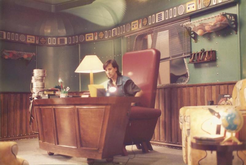 """Laerte no cenário da """"TV Colosso"""""""
