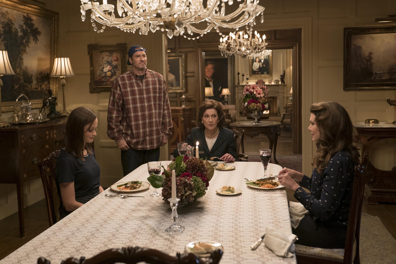 Rory, Luke, Emily e Lorelai em episódio novo de 'Gilmore Girls'. Crédito: Saeed Adyani/Netflix